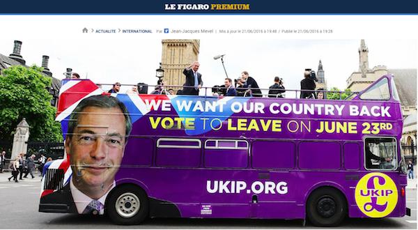 Leave (EU)離脱に投票 Brexitのスローガンとファラジの顔を描いたロンドン市内バス