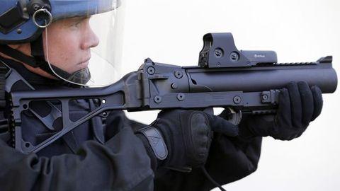 Un gendarme du PSIG (peloton de surveillance et d'intervention de la gendarmerie) s'entraîne à l'usage d'un LBD 40 à Bordeaux, le 7 mars 2016. REUTERS/Regis Duvignau